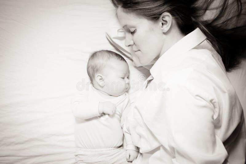 Mit-schlafende Mutter und Baby lizenzfreies stockbild