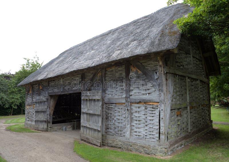 Mit Stroh gedeckte Zweigheuscheune, England stockbild