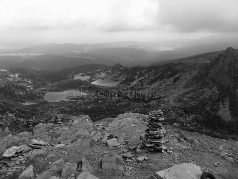 Mit und schwarze Ansicht von der Spitze sieben Rila Seen - Sapareva lizenzfreie stockfotos