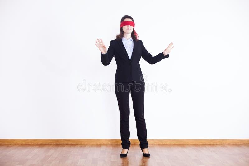 Mit verbundenen Augen Geschäftsfrau stockfotos