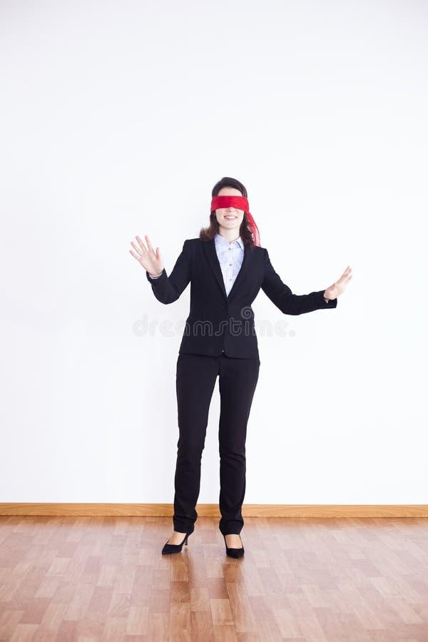 Mit verbundenen Augen Geschäftsfrau lizenzfreie stockbilder