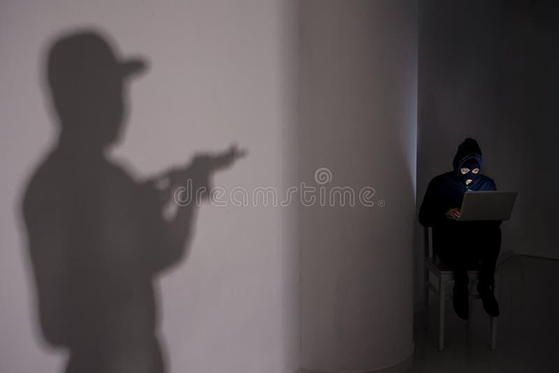 Mit Waffengewalt lizenzfreie stockfotos