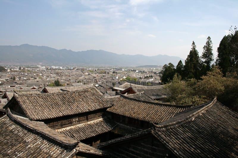 Mit Ziegeln gedeckte Dächer von Häusern des traditionellen Chinesen stockfoto