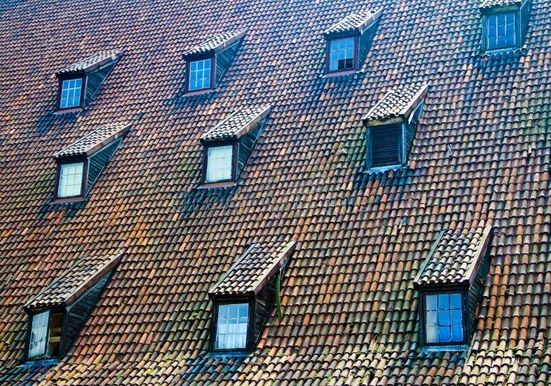 Mit Ziegeln gedeckte Dachfenster lizenzfreie stockfotos