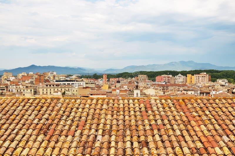 Mit Ziegeln gedeckte Dachspitzen von Girona, Katalonien stockbilder