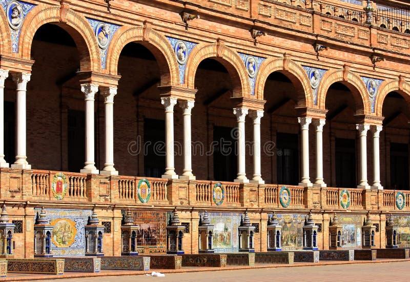 Mit Ziegeln gedeckte Nischen bei Plaza de Espana, Sevilla, Spanien stockfotografie