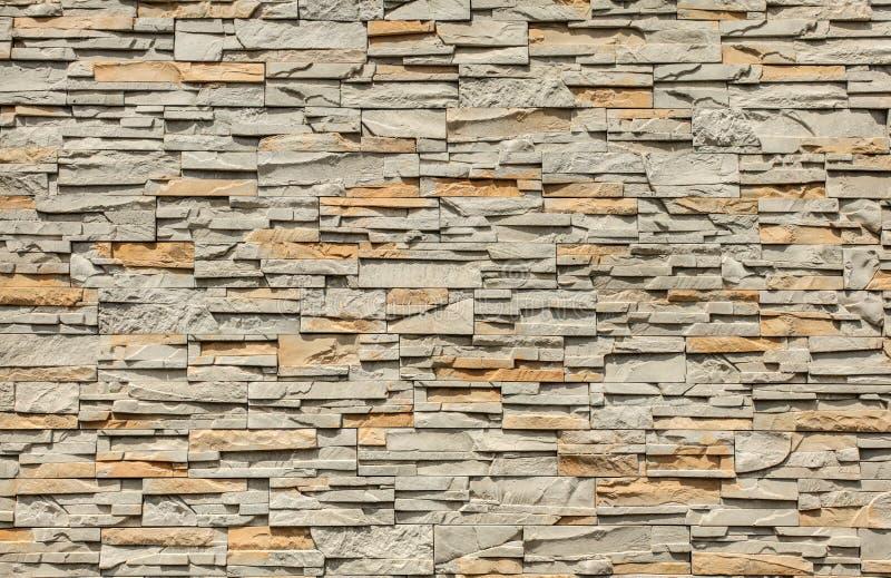 Mit Ziegeln gedeckte Steinwand hergestellt von den rechteckigen Blöcken, Sonne, die von der Spitze scheint stockfotografie