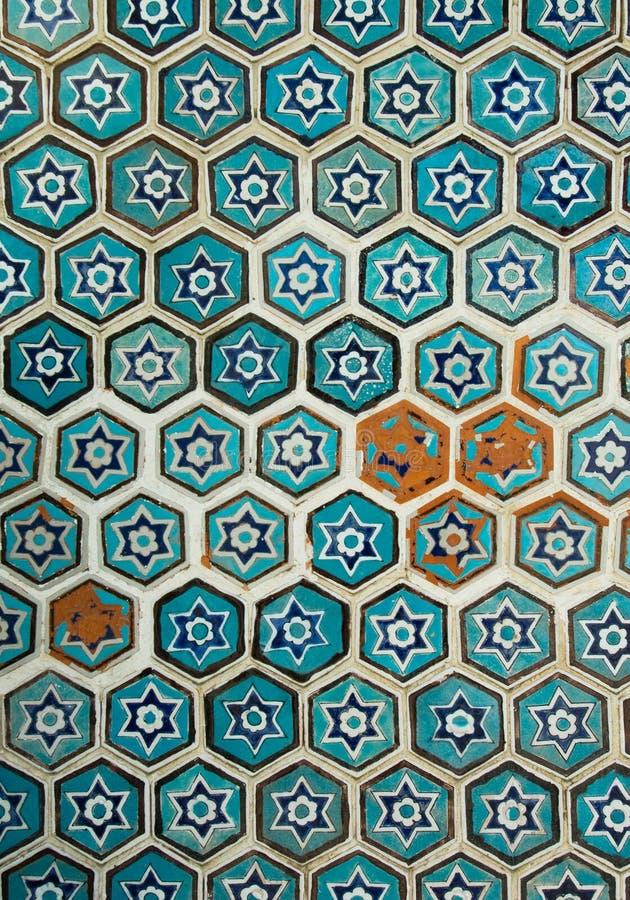 Mit Ziegeln gedeckter Hintergrund, orientalische Verzierungen von Uzbekistan stockbild