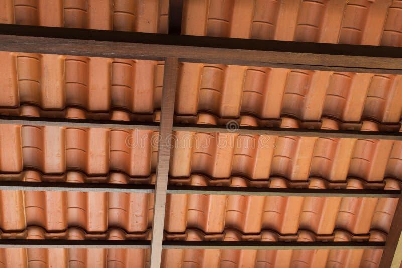 Mit Ziegeln gedecktes Dach stockfotos