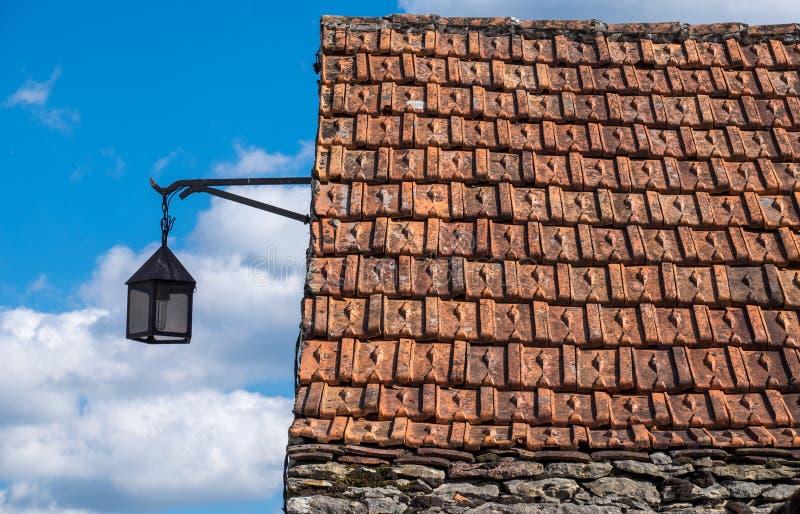 Mit Ziegeln gedecktes Dach einer alten Steinscheune und der Laterne stockbild