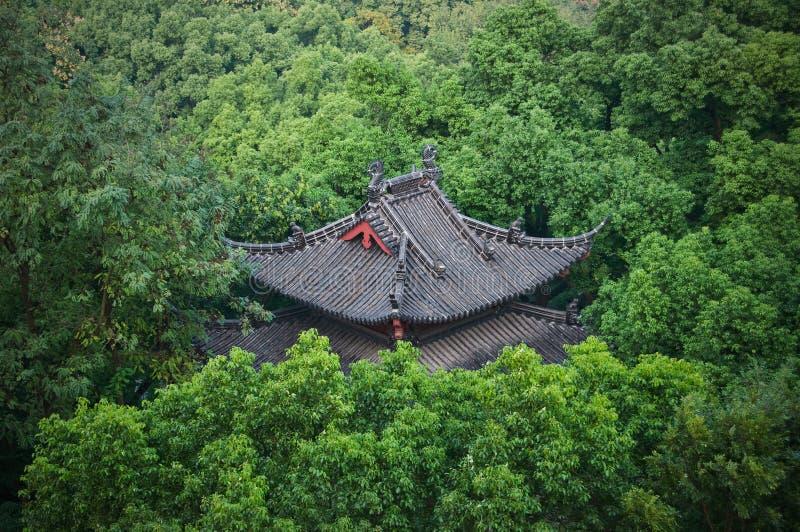 Mit Ziegeln gedecktes Dach im Park, Hangzhou, China stockbild