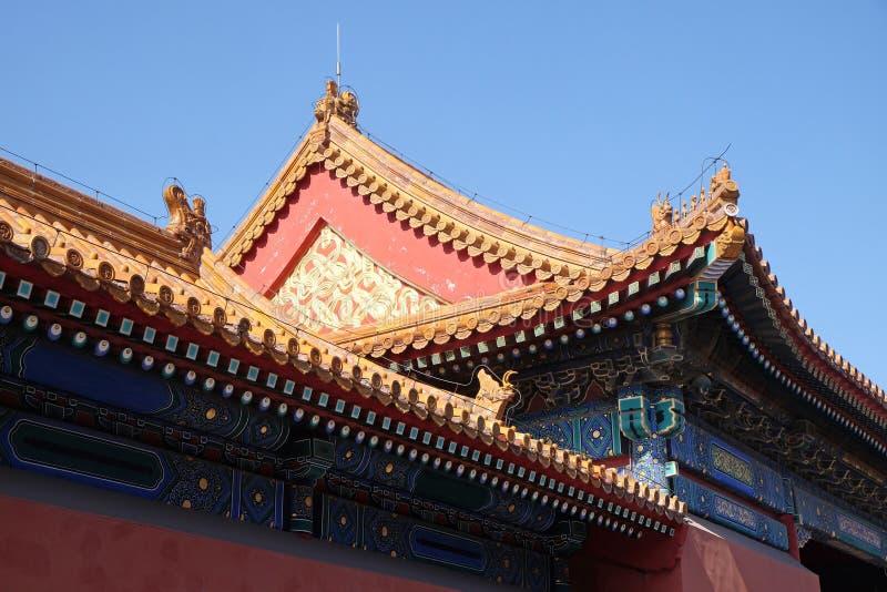 Mit Ziegeln gedecktes Dach und Fassade verziert mit einem chinesischen Muster Palast in der verbotenen Stadt, Peking lizenzfreie stockfotos