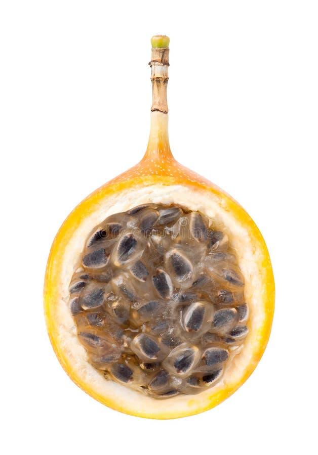 Mitad de la fruta de la pasión de la granadilla aislada foto de archivo
