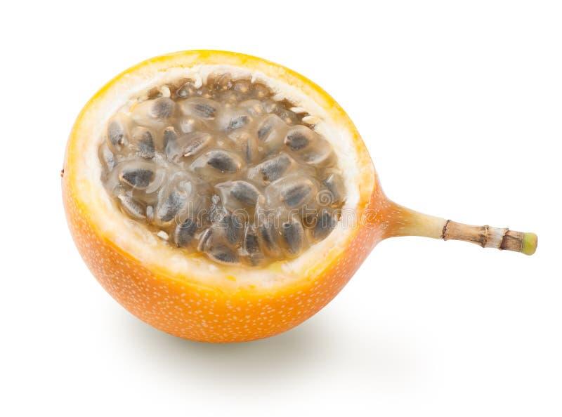 Mitad de la fruta de la pasión de la granadilla aislada imagen de archivo