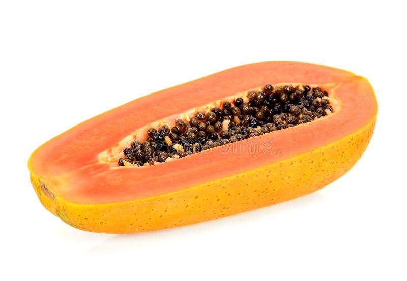 Mitad de la papaya aislada en el fondo blanco foto de archivo