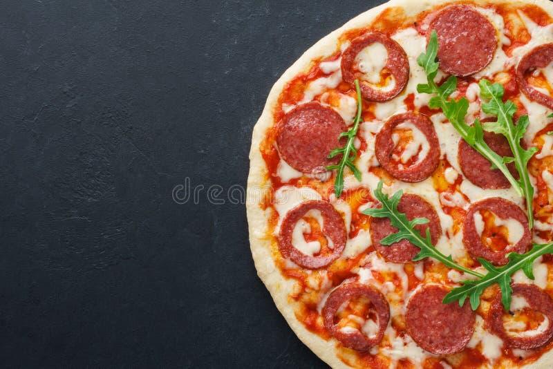 Mitad de la pizza con los salchichones en forma de corazón para el día de tarjeta del día de San Valentín imagen de archivo libre de regalías