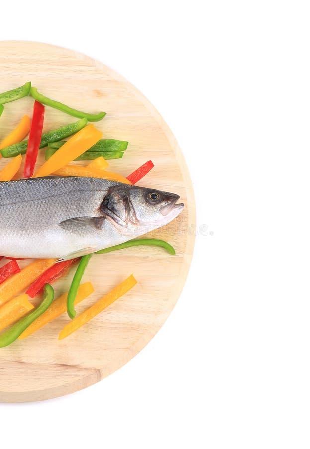 Mitad de los pescados frescos de la lubina en la pimienta colorida. imagen de archivo libre de regalías
