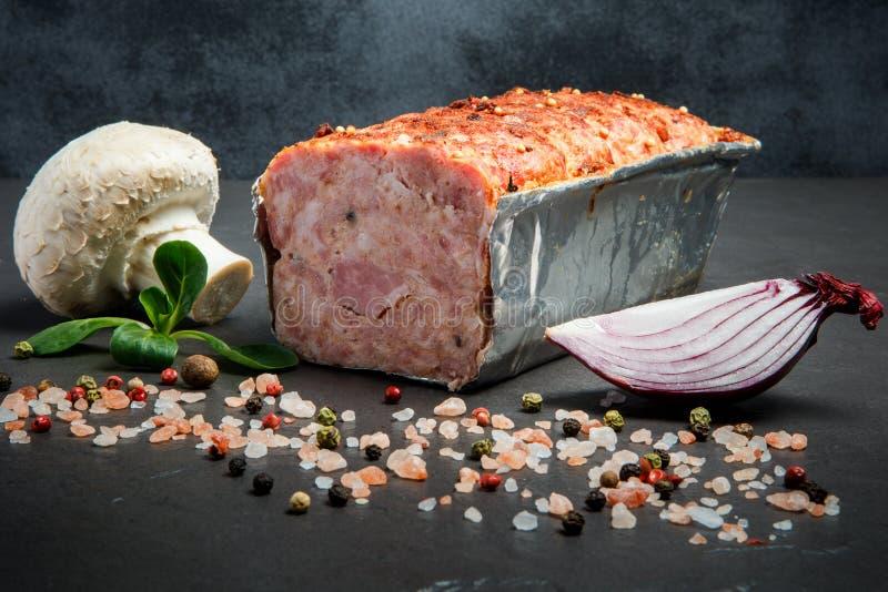 Mitad del pan cocido de la carne con las especias, la albahaca, la seta y la cebolla imagenes de archivo