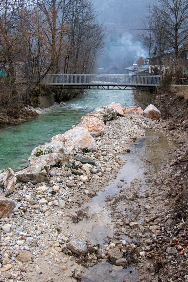 Mitad del río llenada de las piedras grandes foto de archivo libre de regalías