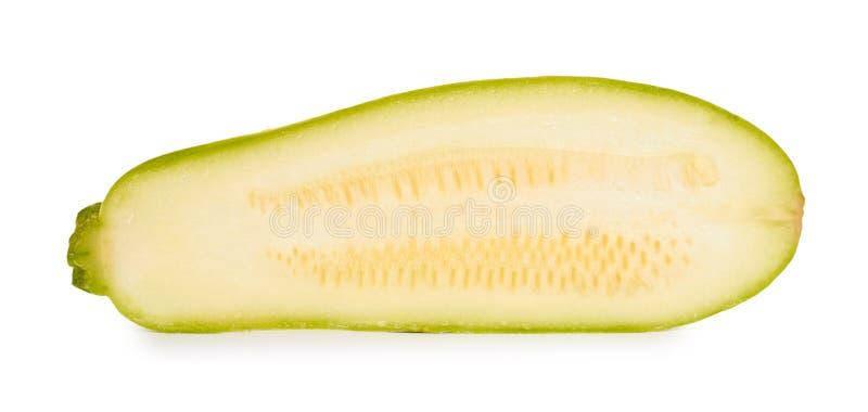 Mitad orgánica fresca verde del calabacín aislada en el fondo blanco fotos de archivo libres de regalías