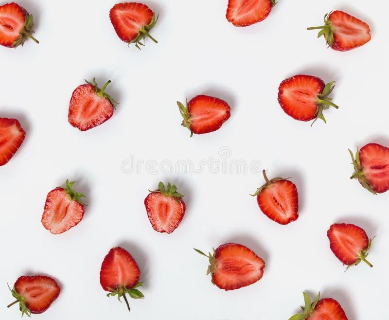 Mitades de fresas en el fondo blanco fotos de archivo