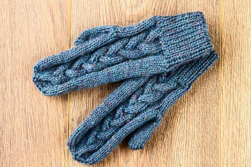 Mitaines de tricotage grises photographie stock libre de droits