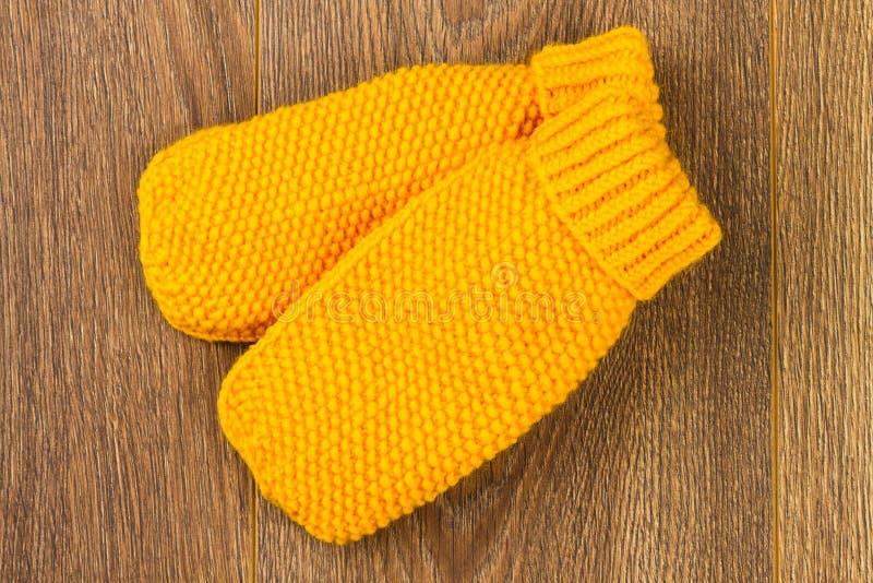 Mitaines de tricotage jaunes images libres de droits