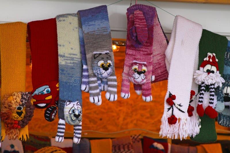 Mitaines et écharpes colorées chaudes dans une des stalles au marché de Noël en parc Gorkogo photographie stock