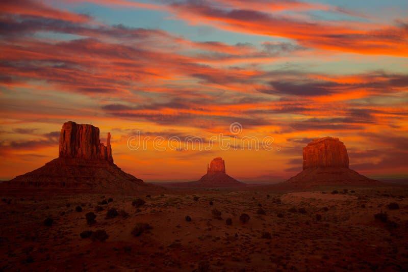Mitaines et Merrick Butte de coucher du soleil de vallée de monument photographie stock libre de droits