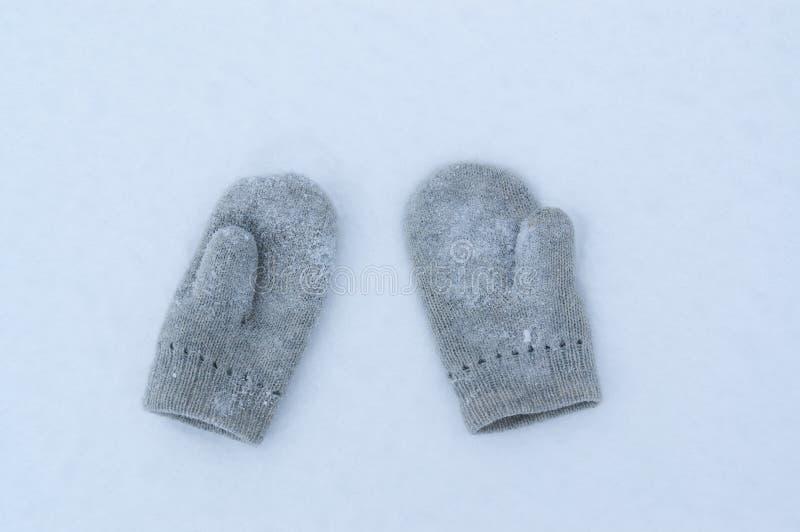 Mitaines sur la neige photos stock