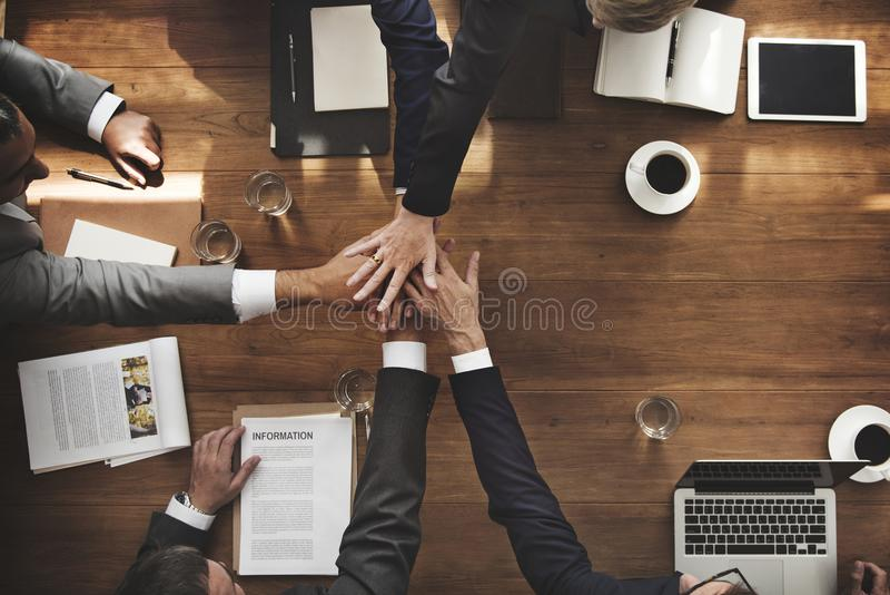 Mitarbeiter arbeiten zusammen, um zu arbeiten lizenzfreie stockfotos