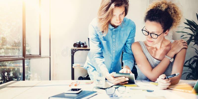 Mitarbeiter-Arbeitsprozess-moderner Büro-Dachboden Junge Fachleute, die große Entscheidungen neue kreative Idee machen Mann mit M stockfotos