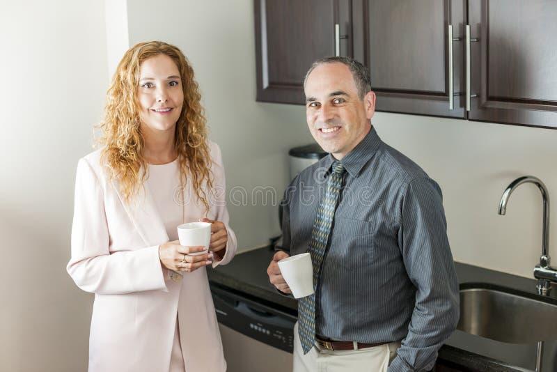 Mitarbeiter auf Kaffeepause stockbilder