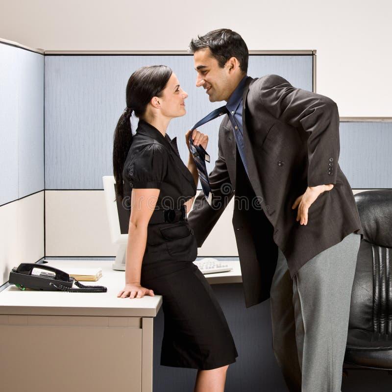 Mitarbeiter, die in der Bürozelle küssen lizenzfreie stockfotos
