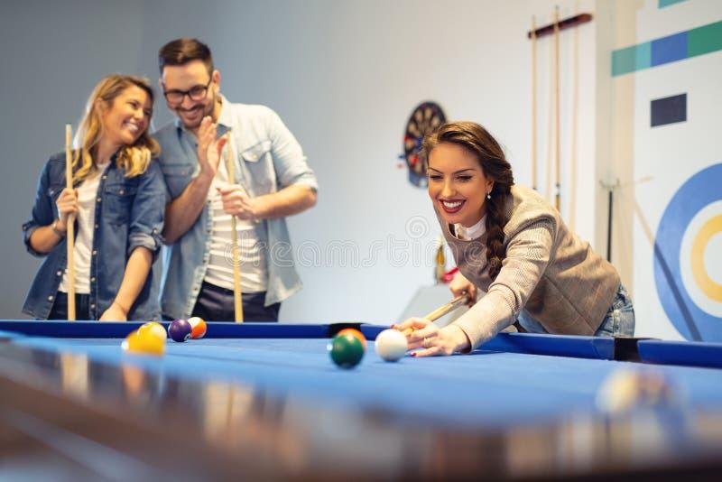 Mitarbeiter, die ein Spielpool nach einem langen Arbeitstag spielen lizenzfreies stockfoto
