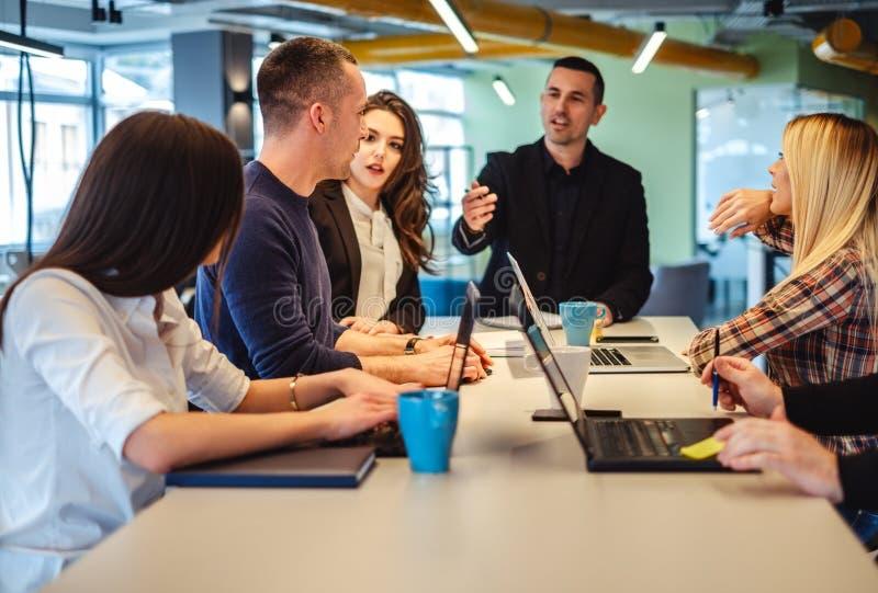 Mitarbeiter, die eine Diskussion bei der Bürositzung haben lizenzfreie stockfotografie