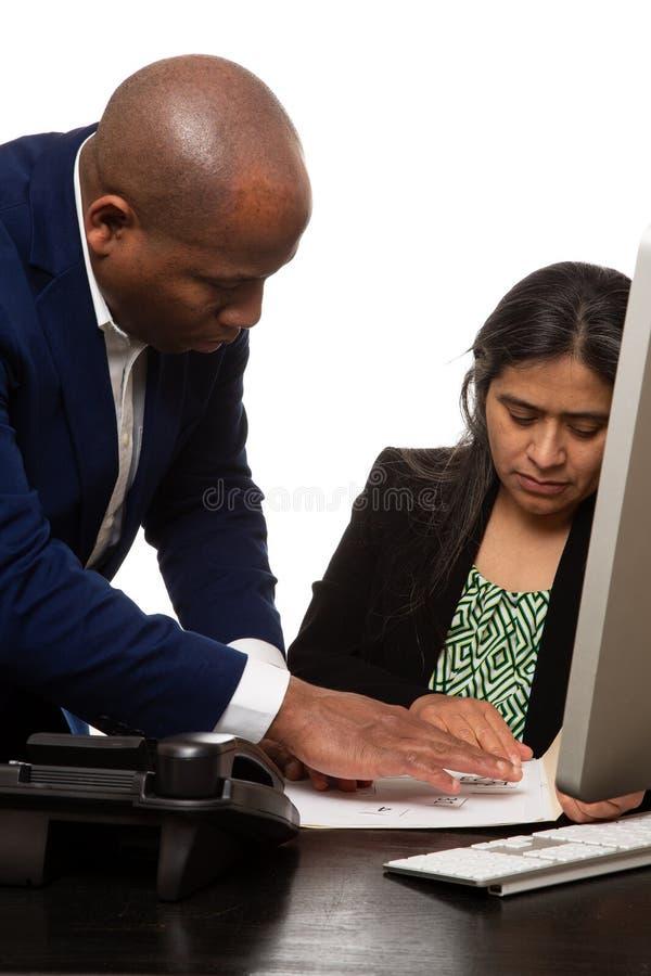 Mitarbeiter, die eine kooperative Sitzung haben stockbilder