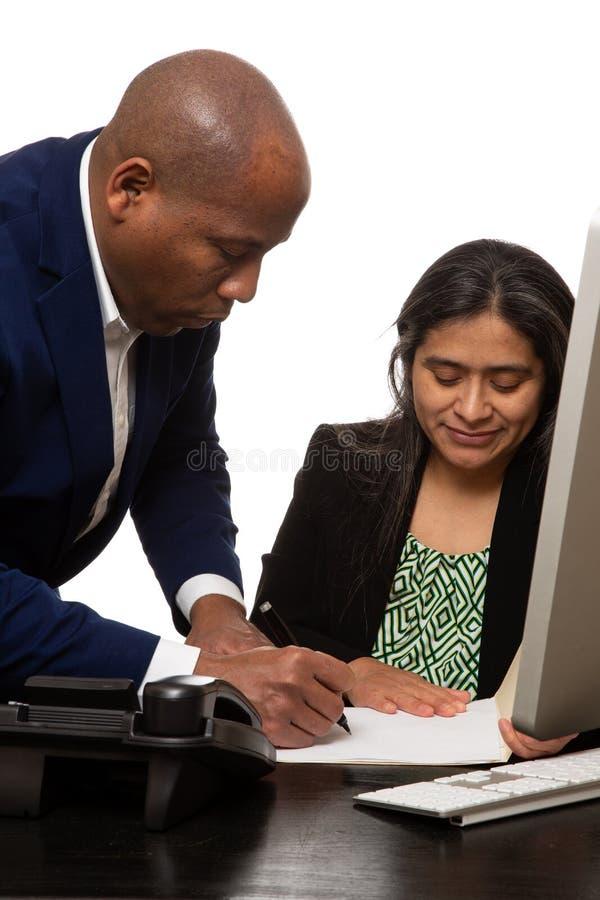Mitarbeiter, die eine kooperative Sitzung haben stockfoto