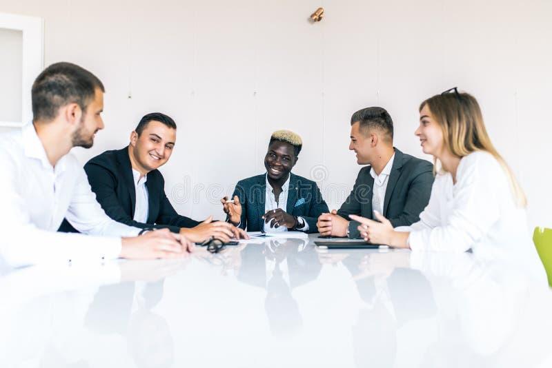 Mitarbeiter, die im Konferenzzimmer im kreativen Büro sich besprechen Die goldene Taste oder Erreichen für den Himmel zum Eigenhe lizenzfreies stockbild