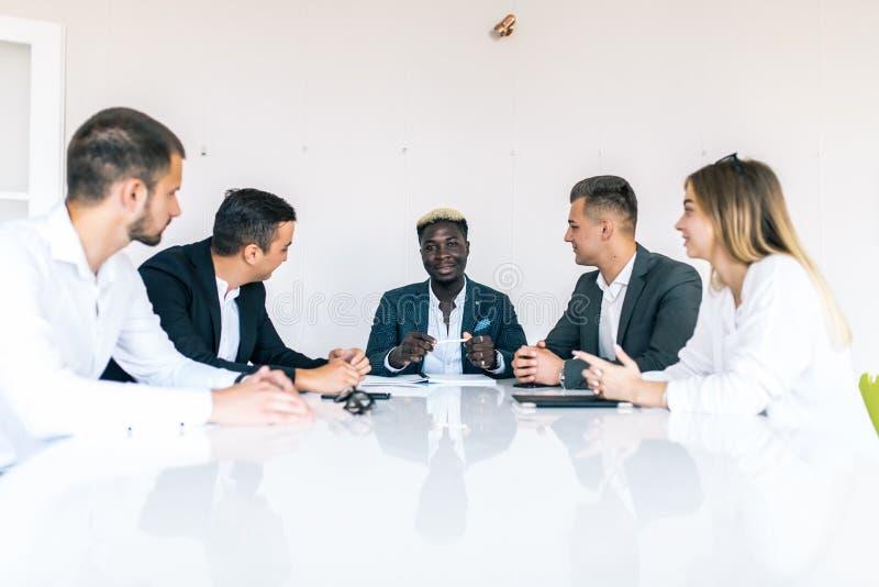 Mitarbeiter, die im Konferenzzimmer im kreativen Büro sich besprechen Die goldene Taste oder Erreichen für den Himmel zum Eigenhe stockfotografie