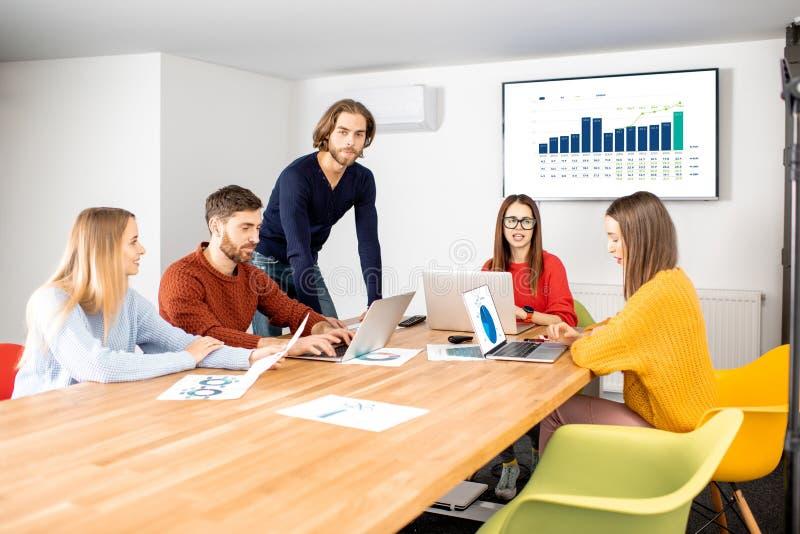 Mitarbeiter, die im Sitzungssaal arbeiten lizenzfreie stockfotografie