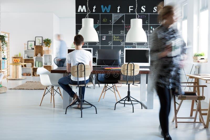 Mitarbeiter im Büro lizenzfreies stockfoto
