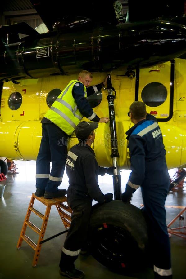 Mitarbeiter mit einem Hubschraubergetriebe der Klasse Mi-8 Tyumen stockfoto