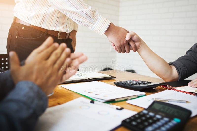 Mitarbeiter sind Berater auf Geschäftsunterlagen stockbild