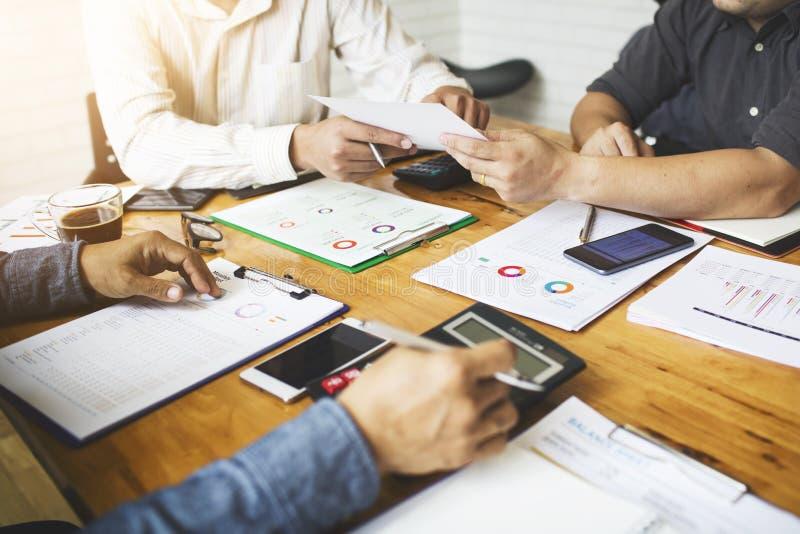 Mitarbeiter sind Berater auf Geschäftsunterlagen lizenzfreies stockfoto