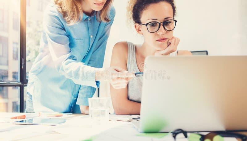 Mitarbeiter-Team Work Process Modern Office-Dachboden Produzenten, die große Entscheidungen neue kreative Idee machen Junge Gesch lizenzfreie stockfotos