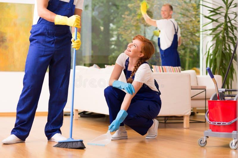 Mitarbeiter während der Reinigung lizenzfreies stockfoto