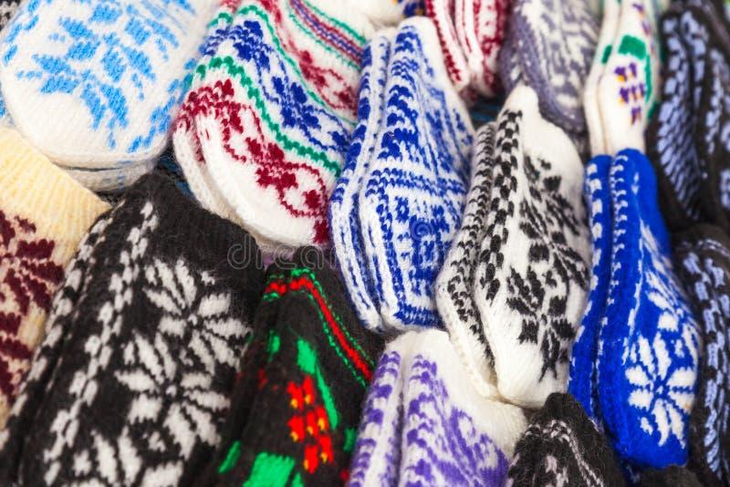 Mitenes de lã coloridos no contador do mercado imagem de stock royalty free