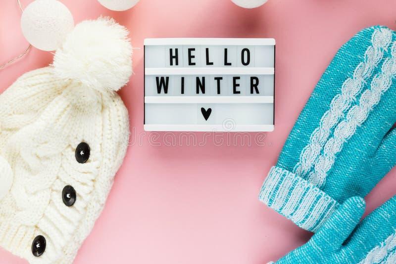 Mitenes mornos, acolhedores do inverno, lightbox na cor pastel no fundo cor-de-rosa Natal, configuração lisa do conceito do ano n imagens de stock royalty free