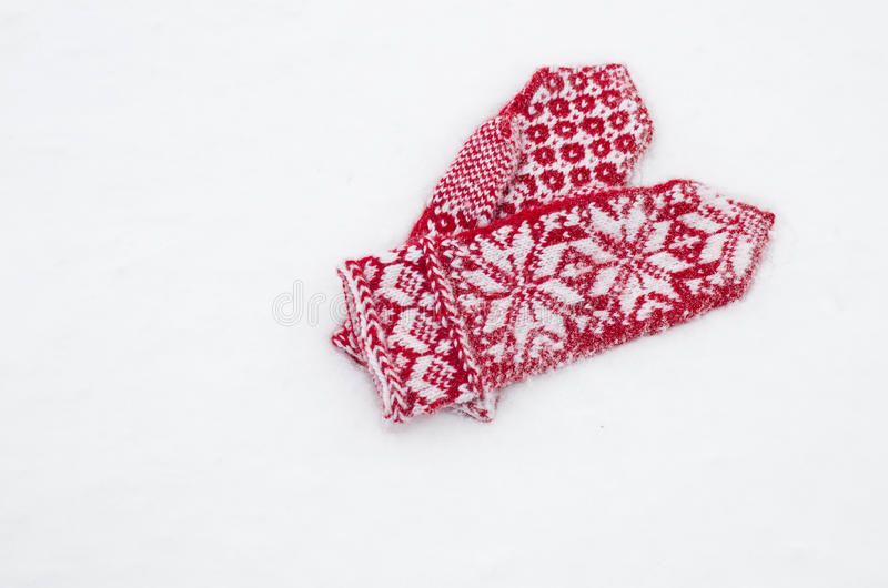 Mitenes na neve branca fotografia de stock royalty free